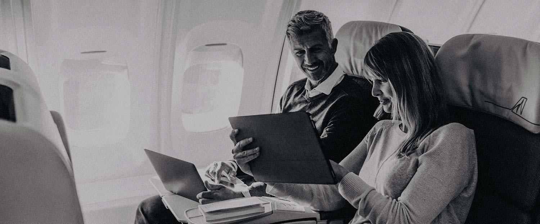 Homme et femme assis à bord