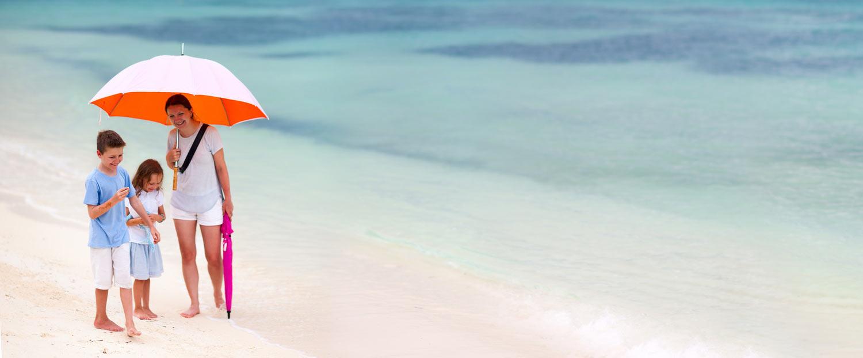 Famille sur une plage turquoise
